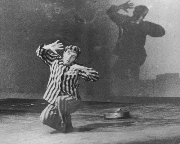 Aleksander Kulisiewicz, un sobreviviente del Holocausto, compuso 54 canciones, mientras que estaba en un campo de concentración. En la década de los 60 reinterpretó todas sus canciones. Foto: Enlace Judío.