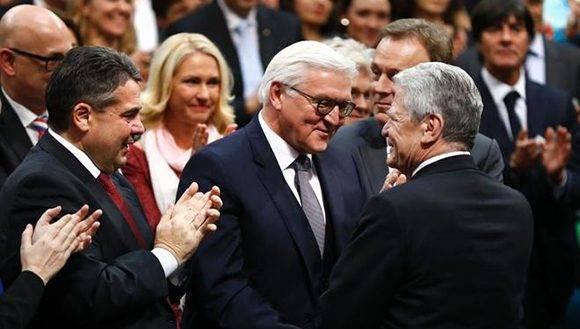 El presidente Joachim Gauck (derecha) felicita al nuevo presidente alemán Frank-Walter Steinmeier, hoy. Foto: AFP.