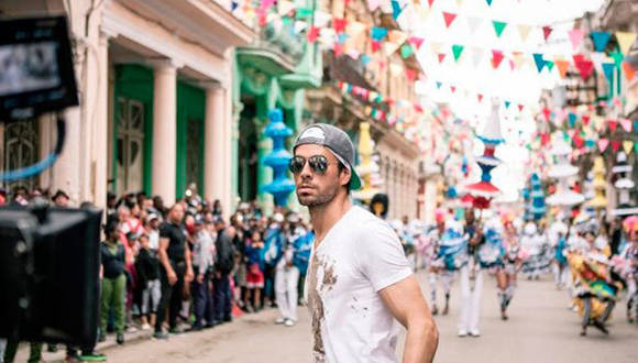"""Enrique Iglesias durante la filmación de """"Súbeme la radio"""" en La Habana. Foto: Difusión."""