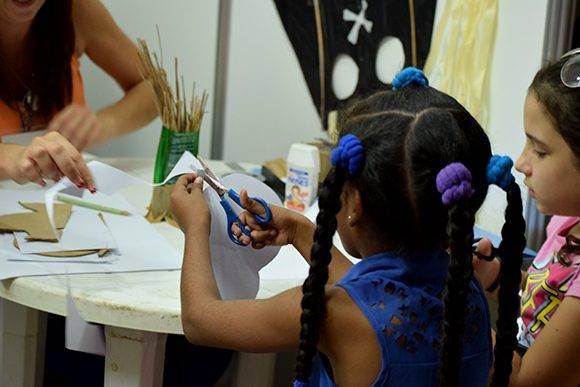 Mediante la utilización de materiales reciclados convida a los niños a la creación de papalotes. Foto: Cinthya García Casañas/ Cubadebate.