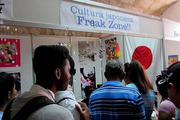 El stand de cultura japonesa propone además un taller de creación de bolsos mediante una técnica de nudos. Foto: Cinthya García Casañas/ Cubadebate.