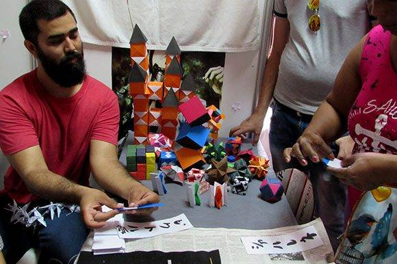 Durante el día, cada cierto tiempo, se hace un taller interactivo de origami con el público. Foto: Cinthya García Casañas/ Cubadebate.