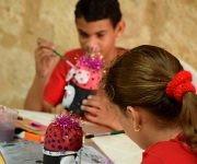 Mediante la utilización de materiales reciclados invitan al público a crear junto a otros niños que forman parte del proyecto Cuba verde. Foto: Cinthya García Casañas/ Cubadebate.