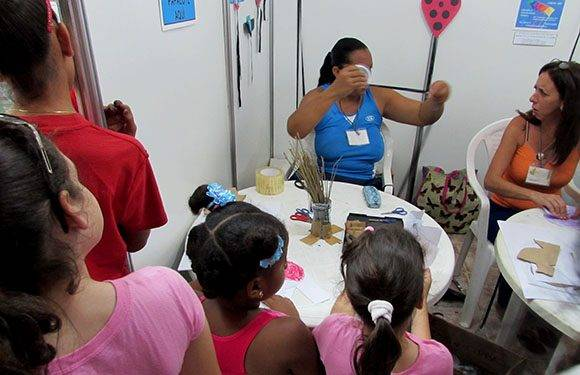 el taller de creación de papalotes y cometas agrupa a gran cantidad de niños. Foto: Cinthya García Casañas/ Cubadebate.