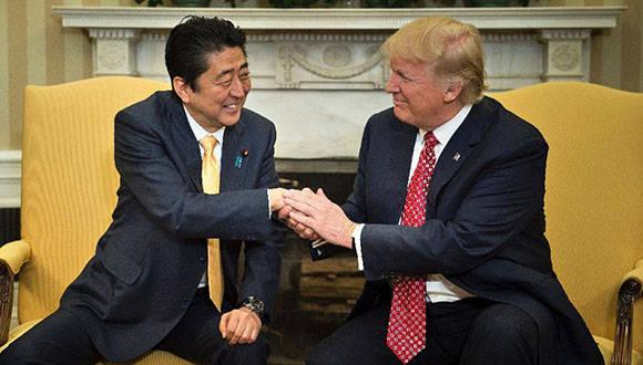 Trump recibe a primer ministro de Japón en la Casa Blanca. Foto: AFP.