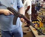 Un estadounidense posa con una ametralladora en Lockport, Illinois. Foto: EFE.