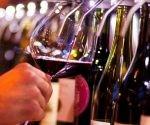 Explicó que los vinos constituyen una cultura milenaria, atractiva y subyugante que en la actualidad todos debemos conocer ante el empuje del turismo extranjero en la isla, y el crecimiento de su consumo en hoteles y restaurantes. / Foto: Prensa Latina
