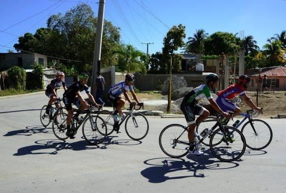 Ciclistas del equipo Holguín entrenan en la ciudad de Guantánamo a pocas horas de iniciar el IV Clásico Nacional de Ciclismo de ruta, el lunes 13 de febrero de 2017. FOTO de Calixto N. Llanes/Juventud Rebelde (CUBA)