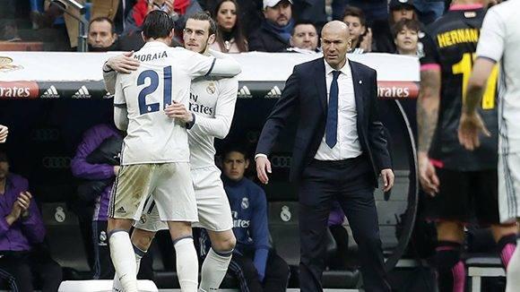 Zidane se merece toda la libertad posible para decidir a quién poner y a quién comprar. Foto: Javier Gandúl/ EFE.