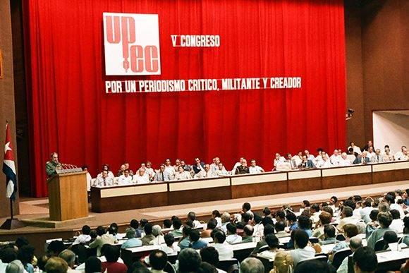 Fidel pronuncia discurso en el V Congreso de la Unión de Periodistas de Cuba, que se efectuó en el Palacio de Convenciones los días 24,25 y 26 de octubre de 1986. Foto: Estudios Revolución / Sitio Fidel Soldado de las Ideas.