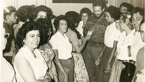 Junto a Gladys García de Suzarte (Marel), quien le entrega a Fidel un cheque por la suma de 110, 103. 41 pesos correspondientes a la recaudación obtenida por la Gran feria Pro- Reforma Agraria, 1960. Foto: Sitio Fidel Soldado de las Ideas/ Archivo Nacional de Cuba.