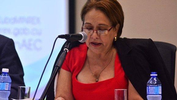 Arleen Rodríguez, fue la moderadora del Panel sobre cooperación en El Caribe. Foto: Roberto Garaycoa.