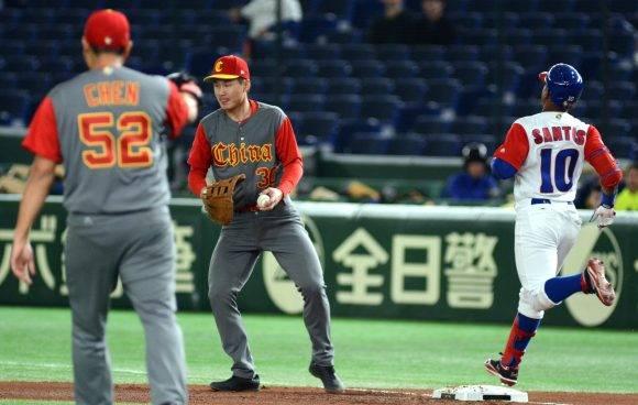 IV clasico mundial tokyo japon segundor juego de cuba vs China Primera jugada del Partido Roel Santos y Bruce Chen. Foto: Ricardo López Hevia/ Pool / Cubadebate