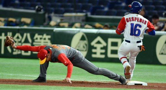 IV clasico mundial tokyo japon segundor juego de cuba vs China jugada en 1mera base Cespedes. Foto: Ricardo López Hevia/ Pool / Cubadebate