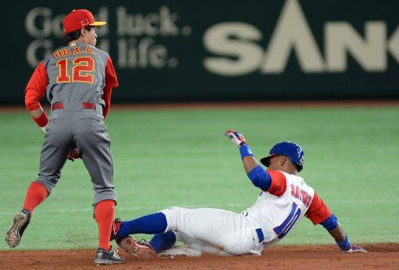 IV clasico mundial tokyo japon segundor juego de cuba vs China Doble play para cuba Roel Santos. Foto: Ricardo López Hevia/ Pool / Cubadebate