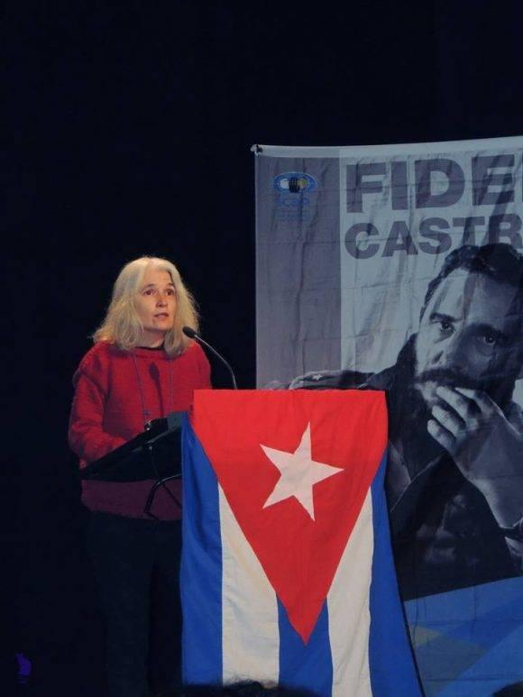 La escritora Belén Gopegui habla en el acto de homenaje a Fidel. Foto: Página de Facebook del Embajador de Cuba en España