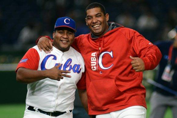 Despaigne y Vladimir García celebran el triunfo frente a Australia. Foto: Ricardo López Hevia / Granma / Cubadebate