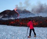 Un fotógrafo capta imágenes de la pasada erucción del volcán Etna, el 28 de febrero de 2017. Foto: Antonio Parrinello / Reuters.