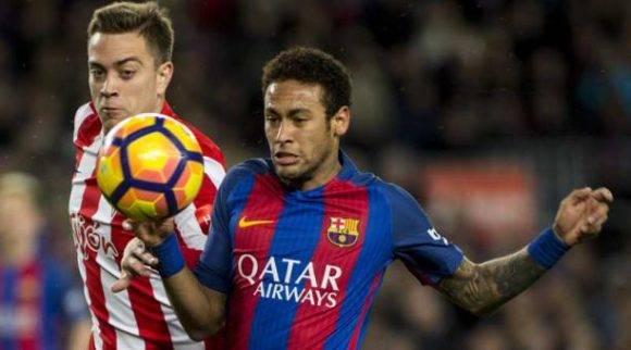El delantero brasileño del FC Barcelona Neymar Da Silva (der.) pelea un balón con el defensa del Sporting de Gijón Juan Rodriguez, durante el partido de la vigésimo quinta jornada de Liga en Primera División. Foto: Quique García/ EFE.
