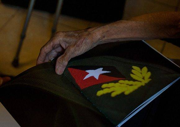 Las humildes hermanas habaneras Lucía Lucinda y Raquel Betancourt Montenegro bordaban las charreteras de Fidel. Foto: Cubahora.