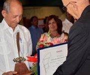 Antonio Moltó entrega el premio a Eduardo Yasell Ferrer. Foto: Cinthya García Casañas/ Cubadebate.