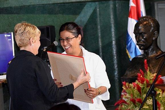 Minoska Cadalso recibe el premio de manos de Aixa Hevia. Foto: Cinthya García Casañas/ Cubadebate.