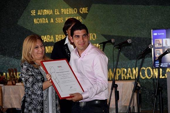 Wilmer Rodríguez se llevó el lauro en la categoría de televisión. Foto: Cinthya García Casañas/ Cubadebate.