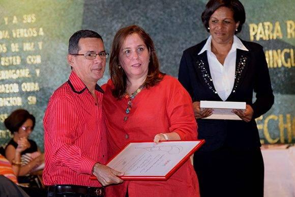 Enrique Ojito Linares recibió el premio en la categoría de prensa escrita y recogió el de su colega Giselle Morales. Foto: Cinthya García Casañas/ Cubadebate.