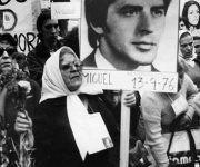 Esperanza Labrador en una marcha de las Madres de la Plaza de Mayo con una foto de su hijo Miguel Ángel.