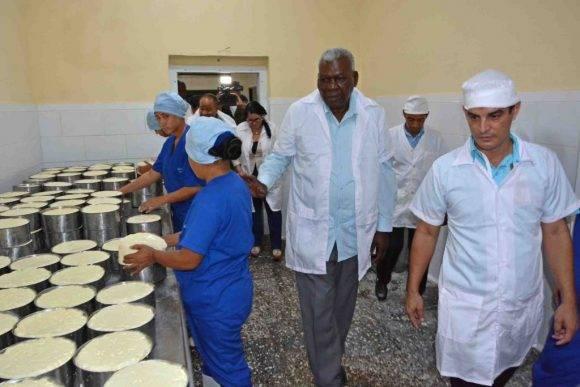 Esteban Lazo recorre Empresa de Productos Lácteos en Bayamo. Foto tomada de Granma.