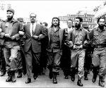 """Fidel junto a Osvaldo Dorticós, Ernesto (Che) Guevara y otros dirigentes de la Revolución durante la marcha por las honras fúnebres de las víctimas del atentado al vapor """"La Coubre"""", el 5 de marzo de 1960. Foto: Sitio Fidel Soldado de las Ideas."""