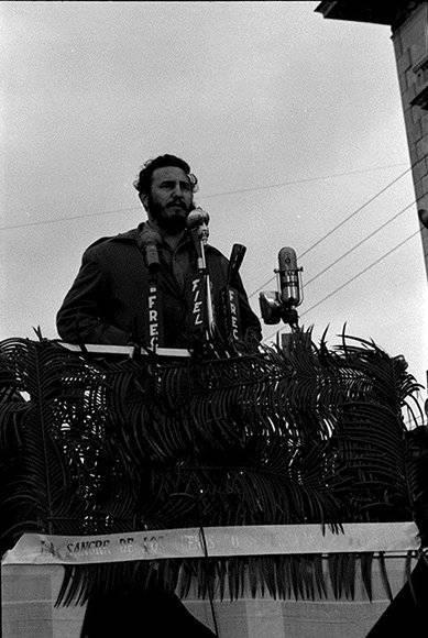 """En el sepelio a las víctimas de la explosión del buque """"La Coubre"""" donde pronuncia por primera vez la consigna de """"Patria o Muerte"""", el 5 de marzo de 1960. Fuente: Prensa Latina/ Sitio Fidel Soldado de las Ideas."""