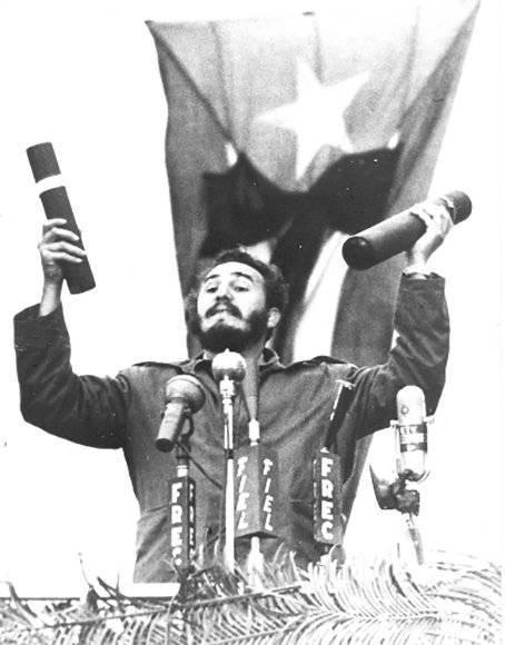 """Fidel pronuncia discurso en las honras fúnebres de las víctimas de la explosión del barco """"La Coubre"""" donde pronuncia por primera vez la consigna de """"Patria o Muerte"""", el 5 de marzo de 1960. Foto: Alberto Korda/ Sitio Fidel Soldado de las Ideas."""