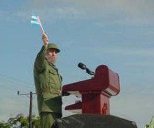 Fidel en la Tribuna Abierta de la Revolución, en acto de protesta contra el bloqueo, las calumnias y las amenazas del gobierno de Estados Unidos contra Cuba, en Sancti Spíritus, 25 de mayo de 2002. Foto: Fidel Sodado de las Ideas/Sitio Web del Periódico Escambray.