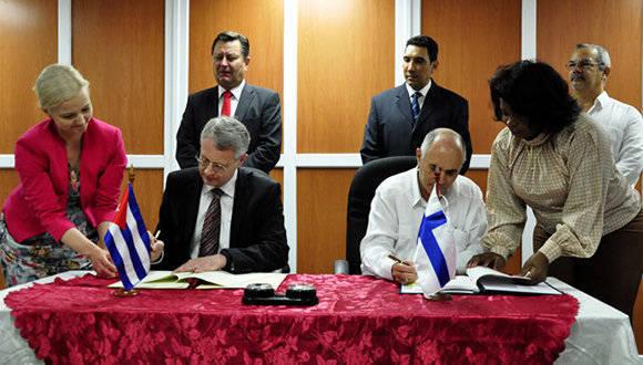 Firma de convenio de transporte Cuba-Finlandia. Foto: Roberto Garaicoa Martínez/ Cubadebate.