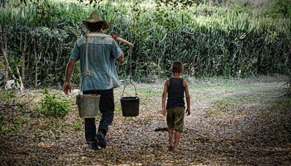 En las zonas rurales de la isla, la vida gira en torno al agua es el escenario ideal para las prácticas más cotidianas. Foto: Heidi Calderón Sánchez/ Cubadebate.