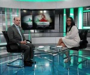 La periodista Liliam García entrevista a Wisham Wannous en un set de TeleSur. Foto: @LiliamLee/ Facebook.