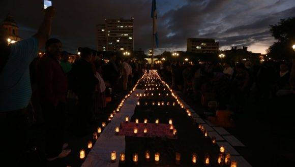 FOTODELDIA GU4018. CIUDAD DE GUATEMALA (GUATEMALA), 09/03/2017.- Cientos de guatemaltecos protestan contra el Gobierno hoy, jueves 9 de marzo de 2017, frente a Palacio Nacional de la Cultura, en ciudad de Guatemala (Guatemala), por la muerte de 34 niñas calcinadas en un centro de menores donde supuestamente eran maltratadas y violadas. Al menos 34 niñas han fallecido, 12 de ellas en las últimas horas, y 20 están ingresadas en dos hospitales con quemaduras de hasta cuarto grado, tras el incendio registrado el miércoles en el Hogar Virgen de la Asunción cuando protestaban por supuestos abusos sexuales y físicos, de acuerdo a las primeras versiones del suceso. EFE/Esteban Biba