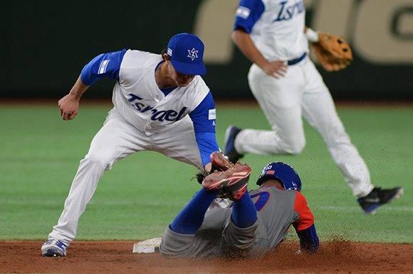 Roel Santos es cogido robando en segunda base. Foto: Ricardo López Hevia.