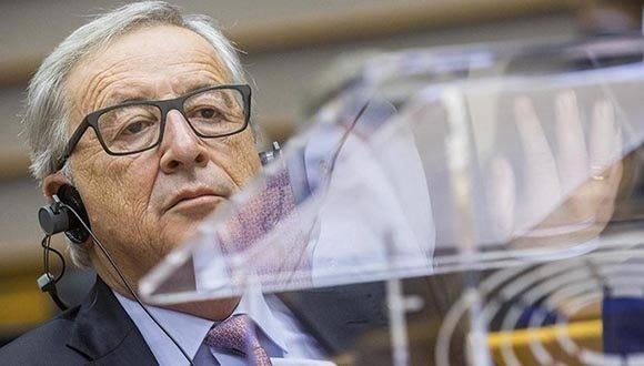 """BRU07 BRUSELAS (BÉLGICA) 01/03/2017.- El presidente de la Comisión Europea, Jean-Claude Juncker, pronuncia su discurso durante la sesión plenaria del Parlamento Europeo sobre el """"libro blanco"""" y el futuro de Europa tras el Brexit en el Parlamento de la Unión Europea, en Bruselas, Bélgica, hoy, 1 de marzo de 2017. El Ejecutivo comunitario presentó hoy un libro blanco sobre el futuro de Europa, que pretende iniciar la reflexión sobre la Unión tras la salida del Reino Unido, un documento que los líderes europeos abordarán en la cumbre de Roma del próximo 25 de marzo, con motivo del 60 aniversario de la Unión. Esa cita """"no simplemente será el aniversario, sino que será el nacimiento de la UE a 27"""", servirá para """"pasar página"""", dijo hoy ante el pleno del Parlamento Europeo (PE) el presidente de la CE, quien subrayó que ahora toca """"buscar respuestas"""" a la cuestión antigua de hacia dónde se dirige la UE. EFE/Stephanie Lecocq"""