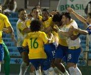 Jugadores brasileños celebran uno de los tantos de Paulinho. Foto tomada de Marca.