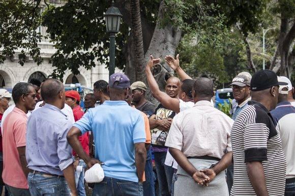 La esquina caliente, en el Parque Central, Habana Vieja. Foto: L Eduardo/ Cubadebate.