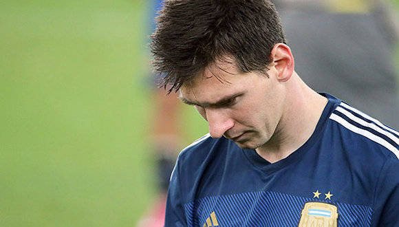 FWC64-456. Rio De Janeiro (Brazil), 13/07/2014.- Argentina's Lionel Messi walks dejected over the pitch after losing the FIFA World Cup 2014 final between Germany and Argentina at the Estadio do Maracana in Rio de Janeiro, Brazil, 13 July 2014.   (RESTRICTIONS APPLY: Editorial Use Only, not used in association with any commercial entity - Images must not be used in any form of alert service or push service of any kind including via mobile alert services, downloads to mobile devices or MMS messaging - Images must appear as still images and must not emulate match action video footage - No alteration is made to, and no text or image is superimposed over, any published image which: (a) intentionally obscures or removes a sponsor identification image; or (b) adds or overlays the commercial identification of any third party which is not officially associated with the FIFA World Cup) (Brasil, Alemania, Mundial de Fútbol) EFE/EPA/DIEGO AZUBEL EDITORIAL USE ONLY