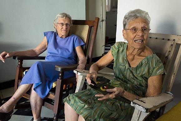 Lucia Lucinda Betancourt, bordadora de las charreteras del Comandante en Jefe Fidel Castro Ruz, conversa con Juventud Rebelde acompañada de su hermana Raquel Betancourt, el martes 24 de enero de 2017, en La Habana, Cuba. Foto: Calixto N. Llanes/ Juventud Rebelde.