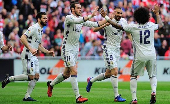 Marcelo y Bale felicitan a Benzema por su gol al Athletic. Foto: AFP.