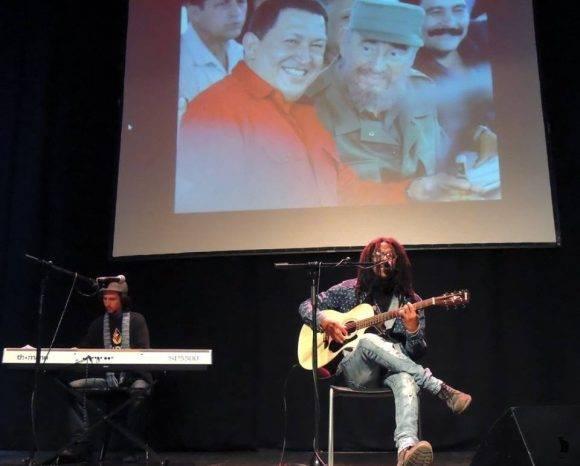 Raúl Torres cantó en el homenaje. Foto: Página de Facebook del Embajador de Cuba en España