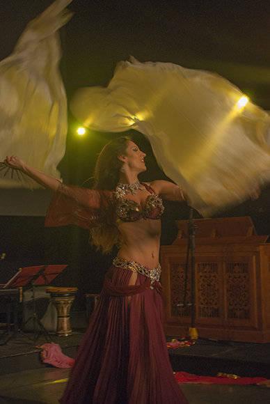 Sara encantó al público combinando la danza con la técnica de los abanicos desplegables. Foto: Eduardo.