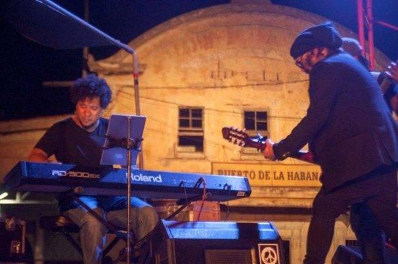 Carlos Varela en el concierto de Silvio en Regla. Foto: Iván Soca / Cubadebate
