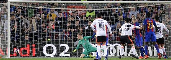 El Valencia logró terminar la primera parte con empate 2-2, pero la expulsión de Mangla en el 43' desequilibró el partido. Foto: Manu Fernández/ AP.