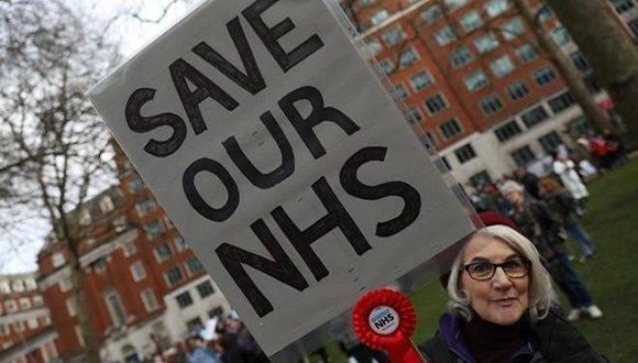 Una de las participantes en la manifestación para salvar el sistema británico de salud. Foto: Reuters